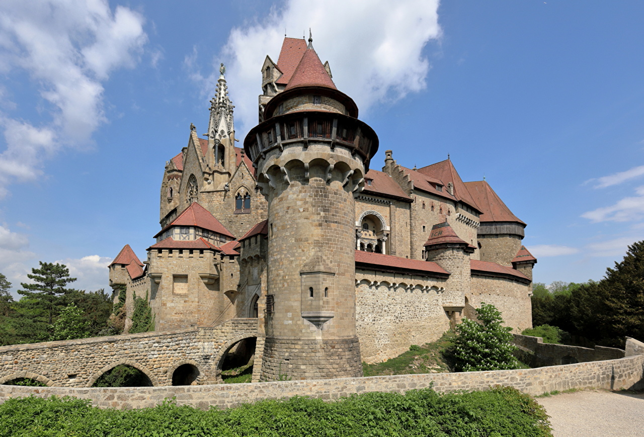 Foton Österrike Ett torn Kreuzenstein Castle, Lower Austria, Korneuburg Borg Städer stad