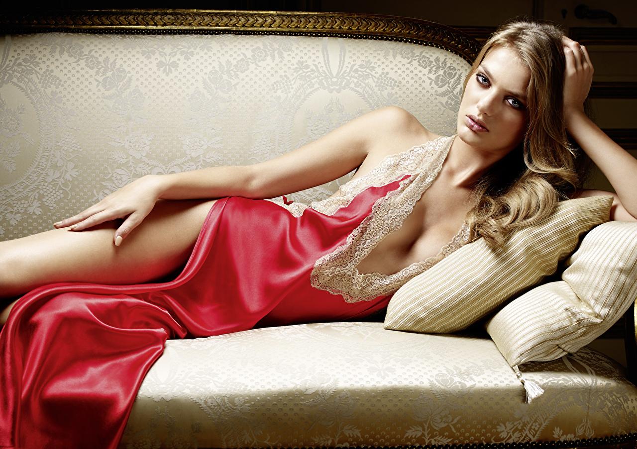 Fotos Dunkelbraun hinlegen Bregje Heinen dekolletee Mädchens Hand Couch Kissen Starren Liegt ruhen Liegen Dekolleté junge frau junge Frauen Sofa Blick