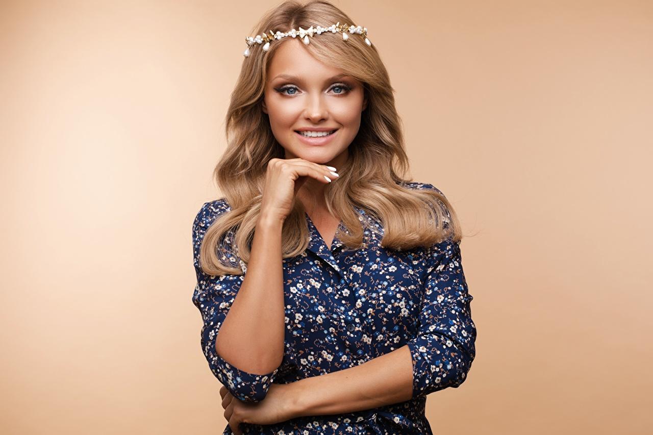 Fotos Make Up Lächeln Frisuren junge frau Hand Blick Kleid Farbigen hintergrund Schminke Frisur Mädchens junge Frauen Starren