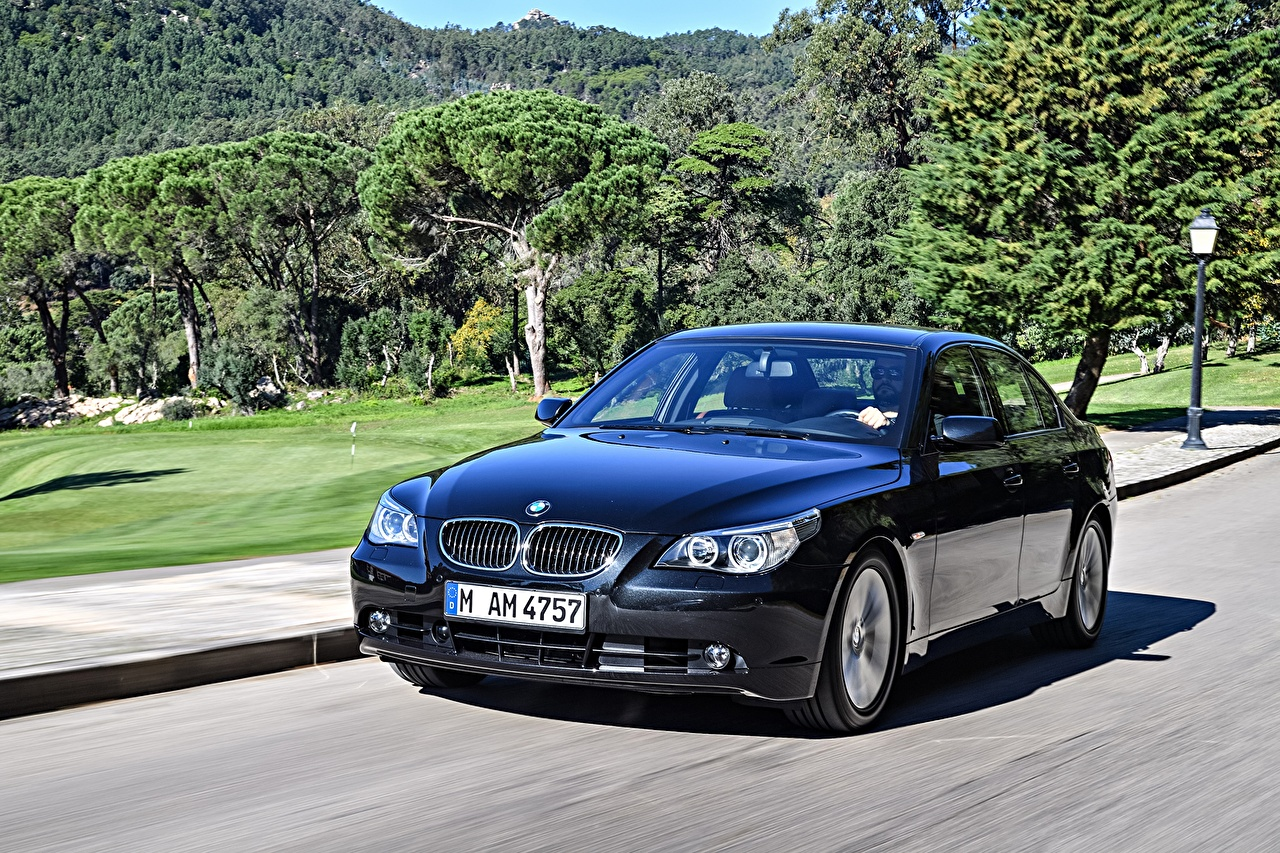 Wallpaper BMW 2003-05 545i Sedan Blue driving Metallic automobile moving riding Motion at speed Cars auto