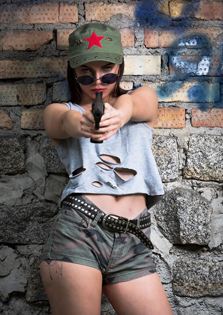 Bilder von Pistolen Model Klaudia Latto Pose Gürtel junge frau Unterhemd Shorts Brille baseballmütze Militär  für Handy Pistole posiert Mädchens junge Frauen Baseballcap baseballkappe Heer