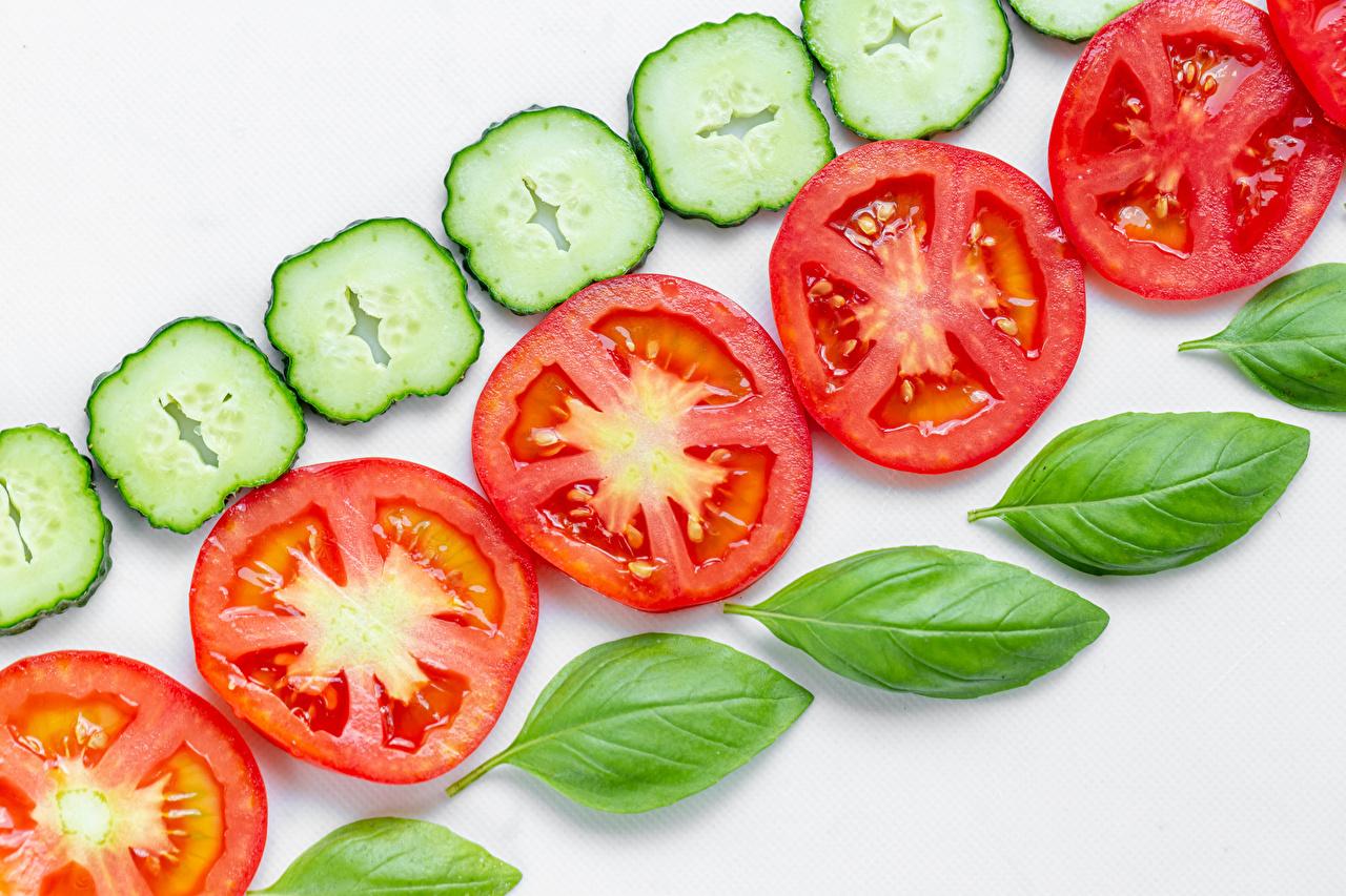 Desktop Hintergrundbilder Gurke Tomaten Königskraut Geschnitten Lebensmittel Weißer hintergrund Tomate Basilikum Basilienkraut das Essen geschnittene geschnittenes