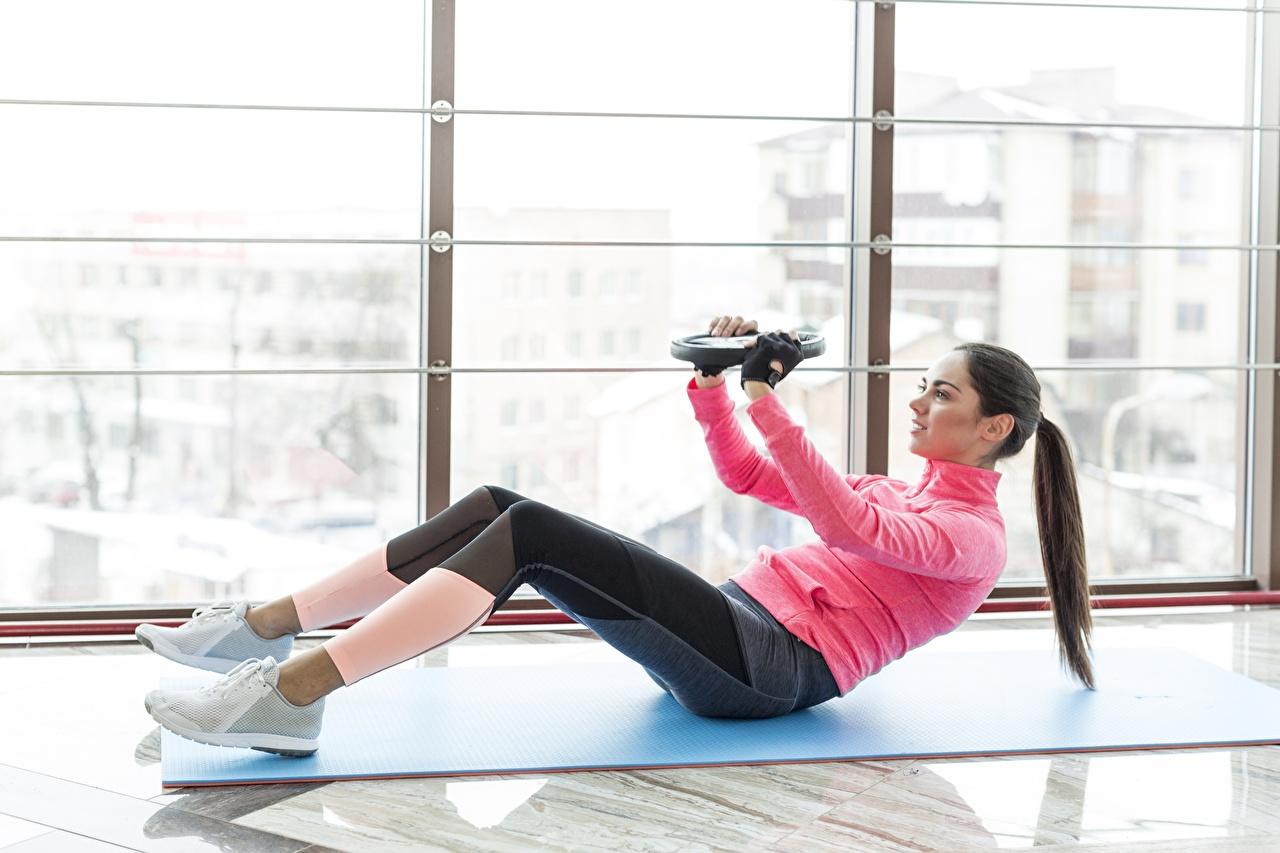 Fotos Körperliche Aktivität Fitness Sport Mädchens Fenster Trainieren junge frau sportliches junge Frauen