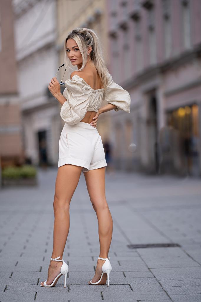 Fotos von Blond Mädchen Bokeh posiert Bluse Mädchens Bein Shorts Blick  für Handy Blondine unscharfer Hintergrund Pose junge frau junge Frauen Starren