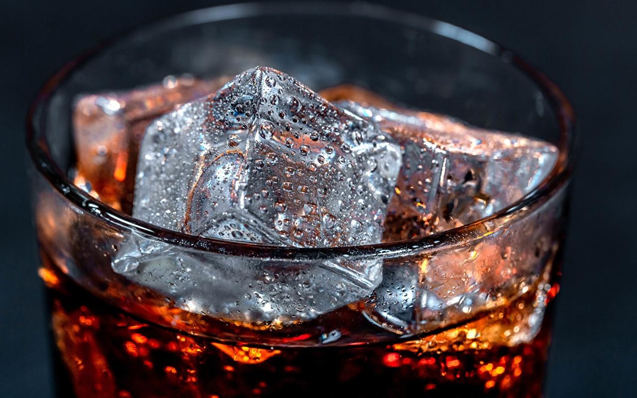 Fotos von Coca-Cola Eis Tropfen Trinkglas das Essen hautnah Lebensmittel Nahaufnahme Großansicht