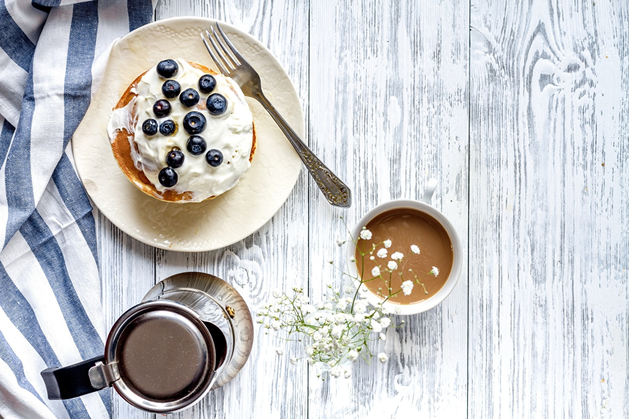 Fotos Kaffee Die Sahne Eierkuchen Frühstück Heidelbeeren Gabel Teller das Essen Bretter Essgabel Lebensmittel