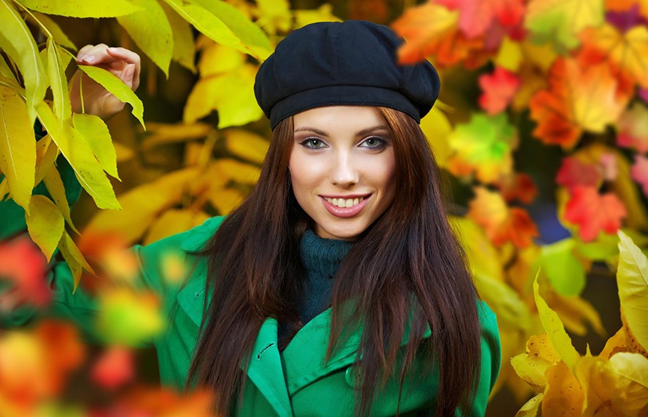 Foto Izabela Magier Bruin haar vrouw Glimlach Bokeh Baret najaar jonge vrouw Kijkt onscherpe achtergrond Herfst Jonge vrouwen