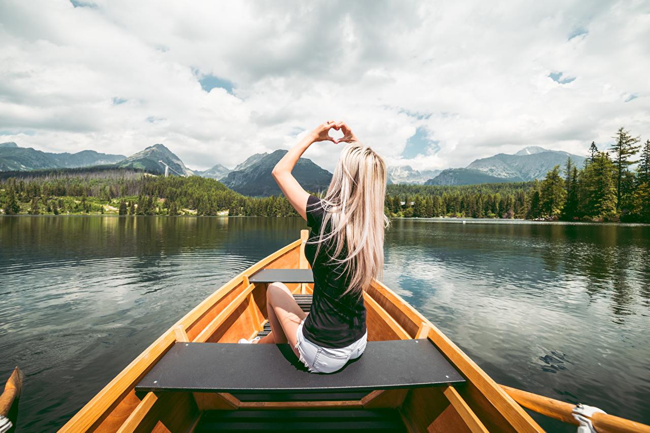 Foto Blond Mädchen Herz junge Frauen Boot Hand Sitzend Blondine Mädchens junge frau sitzt sitzen