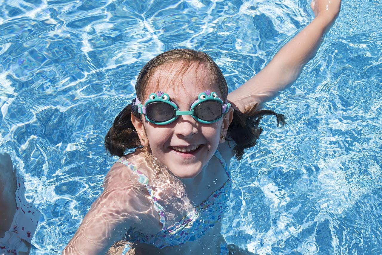 Bilder von Kleine Mädchen Schwimmbecken Lächeln kind Brille Wasser Blick Kinder Starren