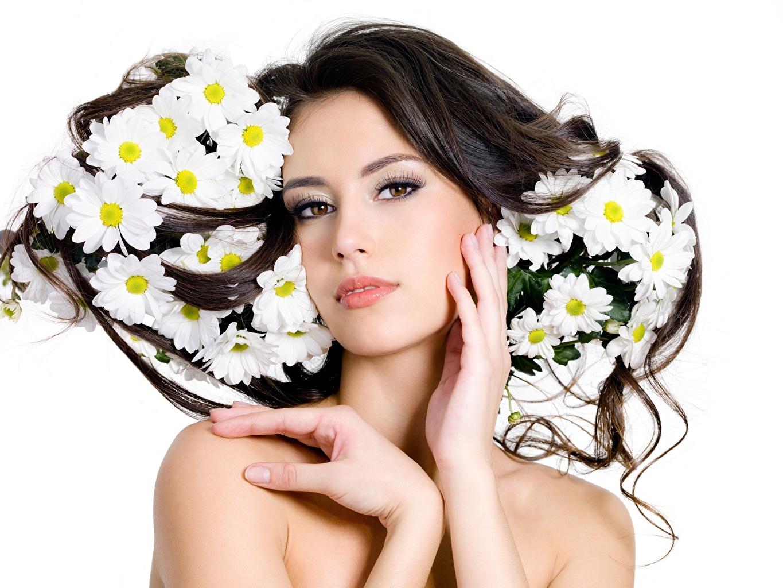 Skrivebordsbakgrunn Brunette jente Vakre Unge kvinner Hender ser Hvit bakgrunn vakker ung kvinne Blikk
