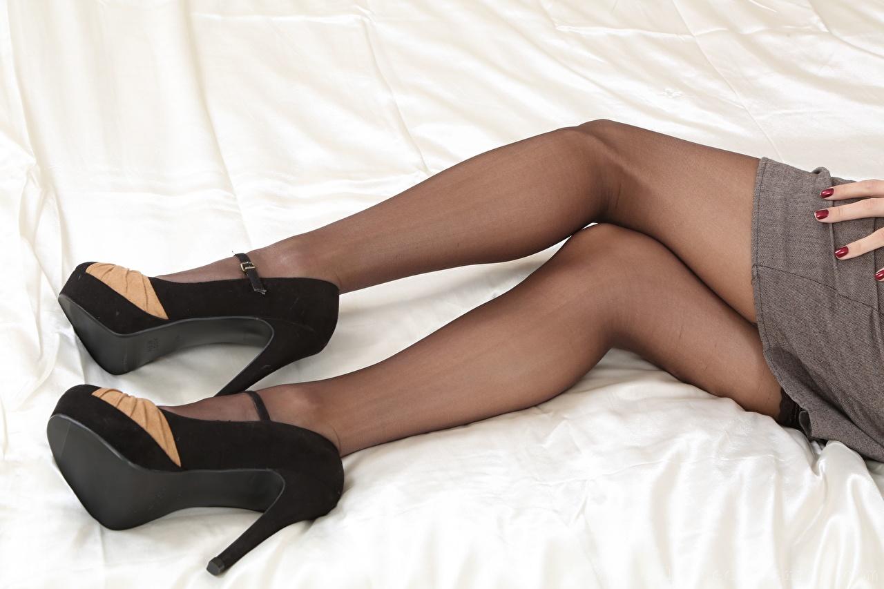 Desktop Hintergrundbilder Nylonstrumpf Mädchens Bein Nahaufnahme High Heels junge frau junge Frauen hautnah Großansicht Stöckelschuh