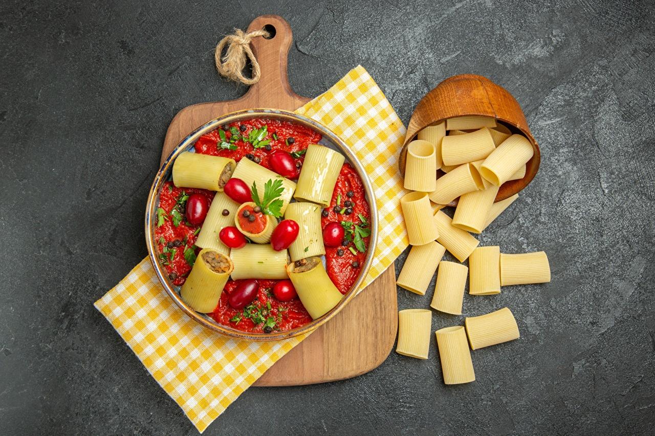 Desktop Hintergrundbilder Tomaten Makkaroni Lebensmittel Schneidebrett Tomate das Essen