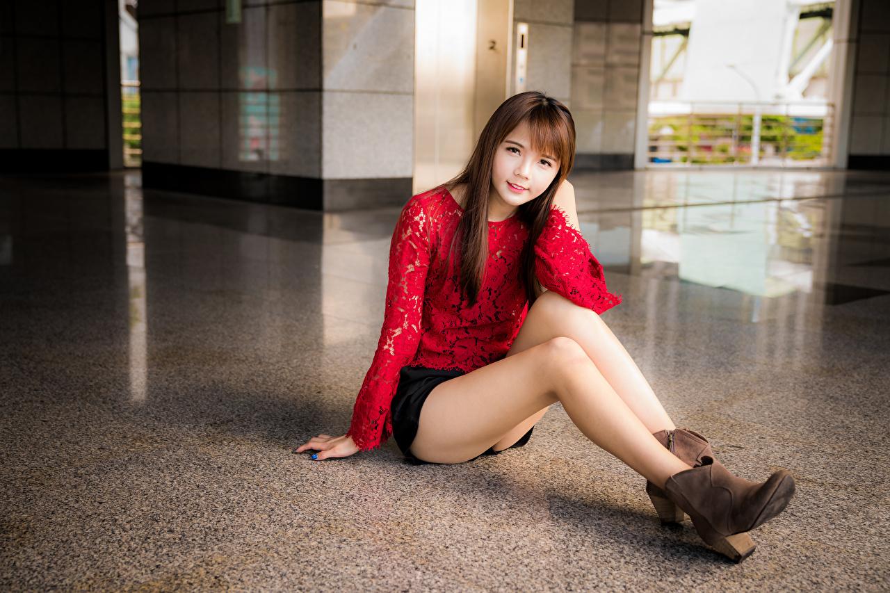Fotos Rock Braune Haare Süß Bluse junge Frauen Bein Asiaten sitzen Starren Braunhaarige nett süße süßer süßes niedlich Mädchens junge frau Asiatische asiatisches sitzt Sitzend Blick