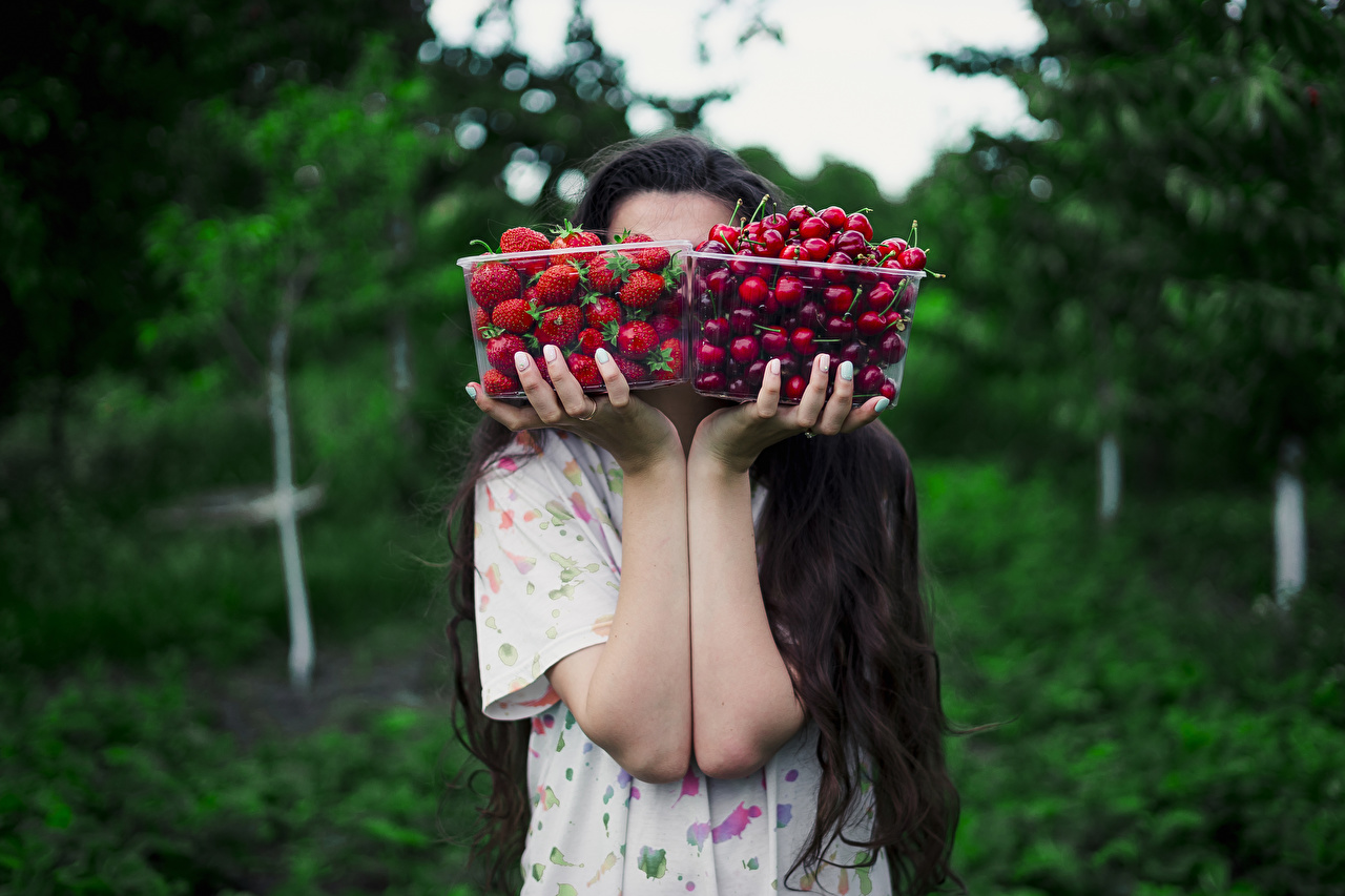 Photo Bokeh 2 Box Cherry Strawberry Food Hands blurred background Two