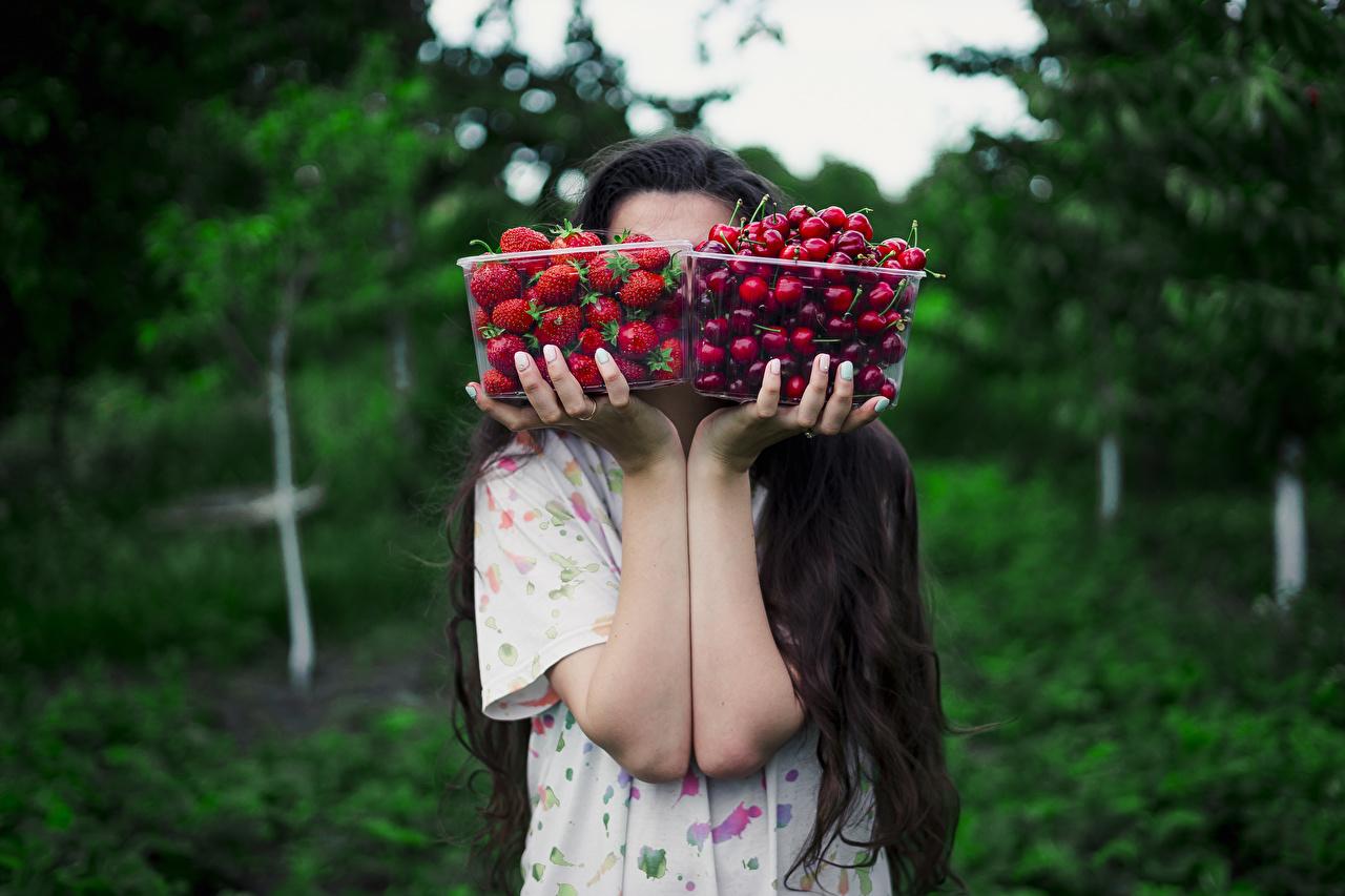 Desktop Hintergrundbilder Bokeh 2 Kirsche Schachtel Erdbeeren Hand Lebensmittel unscharfer Hintergrund Zwei das Essen