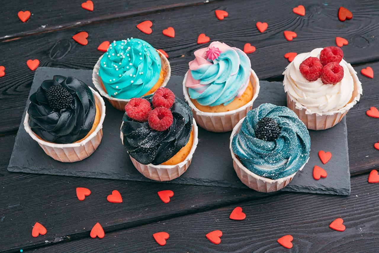 Desktop Hintergrundbilder Herz Cupcake Himbeeren Lebensmittel das Essen