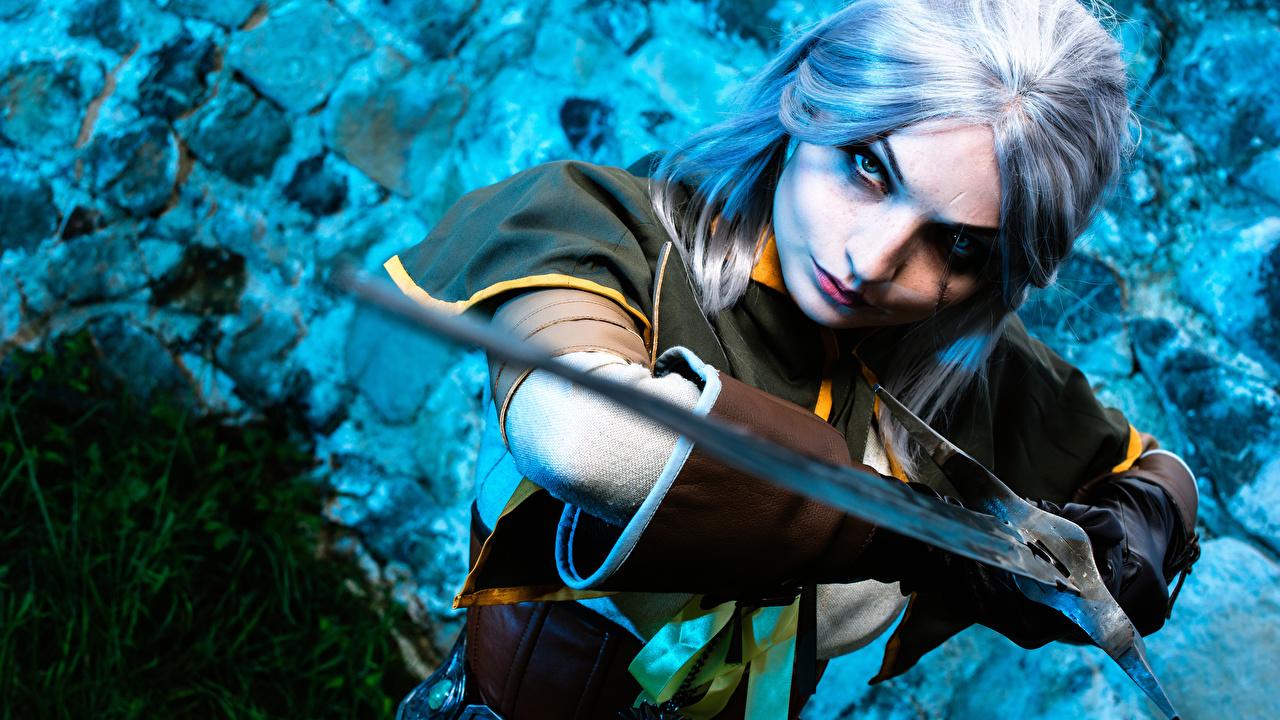 Foto The Witcher 3: Wild Hunt Schwert Blond Mädchen Krieger Cosplay Handschuh Cirilla junge frau Hand Blick Blondine Mädchens junge Frauen Starren