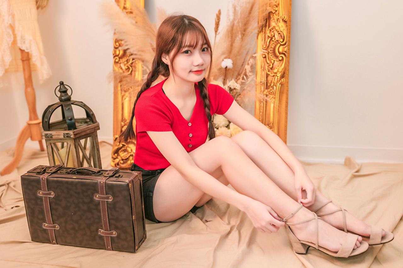 Tapeta na pulpit Szatenka Warkocz młode kobiety Nogi Walizka azjatycka siedzą Spojrzenie brązowowłosa dziewczyna dziewczyna z brązowymi włosami warkocze dziewczyna Dziewczyny młoda kobieta Azjaci walizką Siedzi wzrok