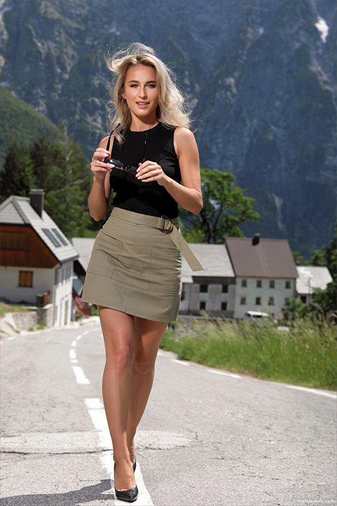 Foto Cara Mell Blond meisje Rok (kleding) poseren jonge vrouw Benen Kijkt  voor Mobiele telefoon Blonde Pose Jonge vrouwen