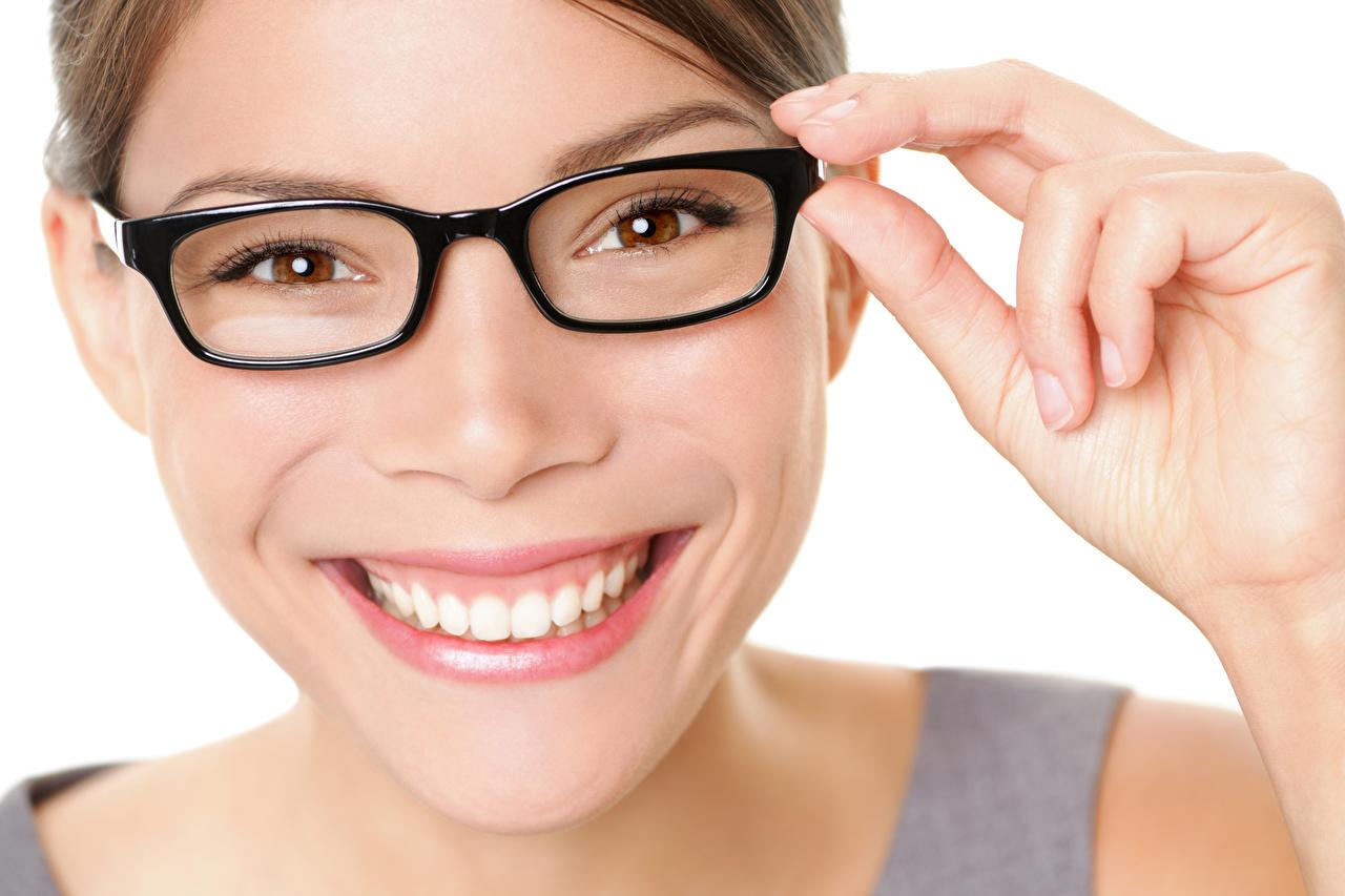 Bilder Lächeln Gesicht junge Frauen Zähne Finger Brille Weißer hintergrund Mädchens junge frau
