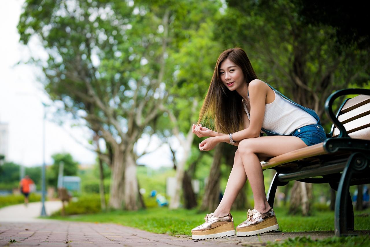 Sfondi Ragazza capelli castani sfondo sfocato giovane donna asiatico Le gambe seduta Le mani Panchina Bokeh ragazza Ragazze giovani donne Asiatici Panca Seduto sedute Braccia