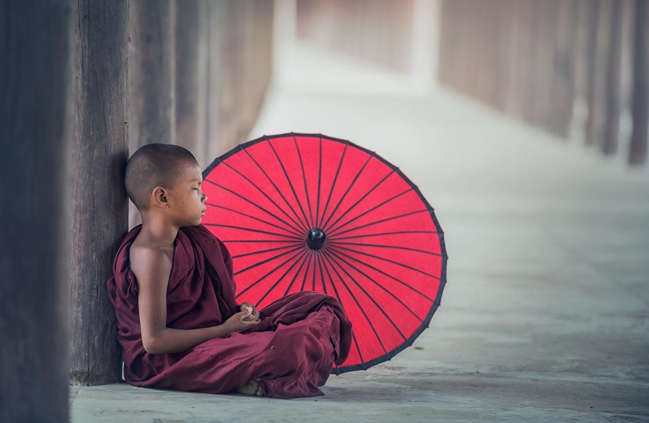 Foto jungen monk Kinder Asiatische Uniform Sitzend Regenschirm Junge sitzt sitzen