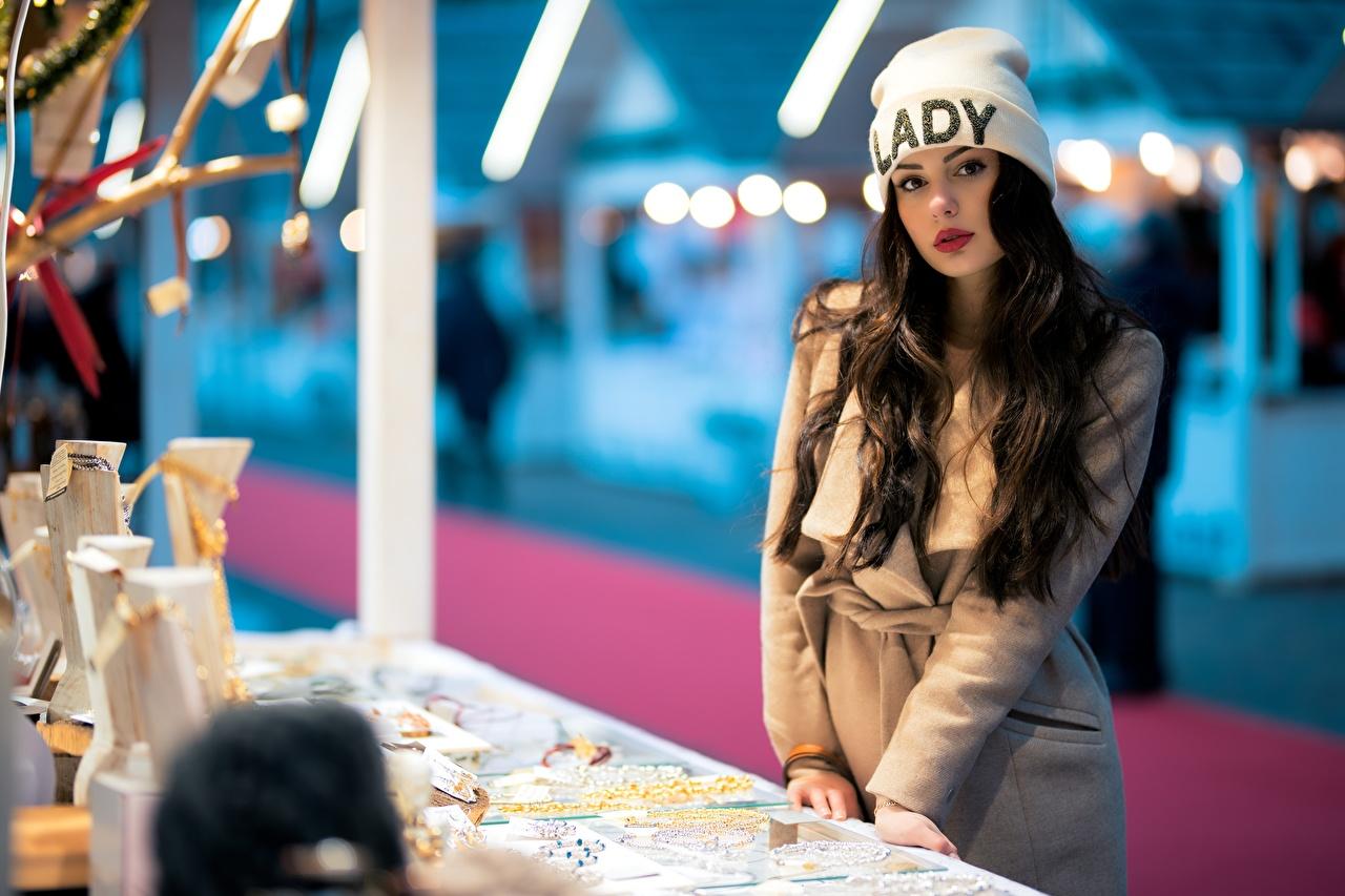 Bilder von Ester Merja Brünette Bokeh Mantel Mütze Mädchens Blick unscharfer Hintergrund junge frau junge Frauen Starren