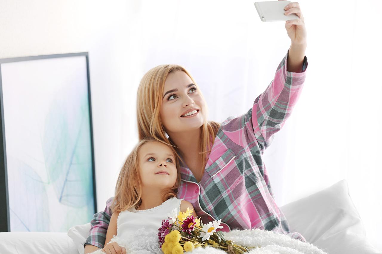 Picture Little girls Selfie smartphones Mother Children Bouquets Two Smartphone child 2