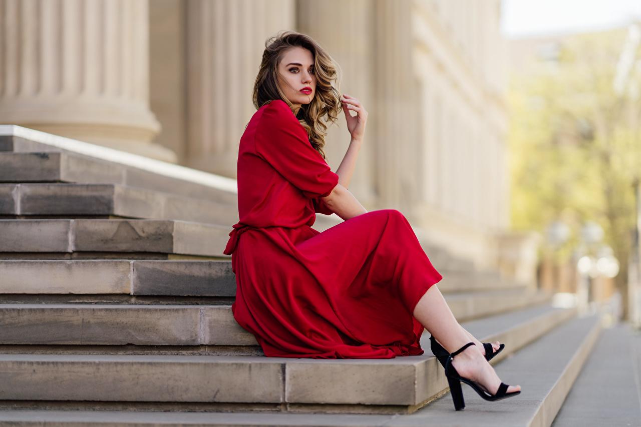 Fotos von Model Bokeh Stiege junge Frauen Sitzend Blick Kleid unscharfer Hintergrund Treppe Treppen Mädchens junge frau sitzt sitzen Starren