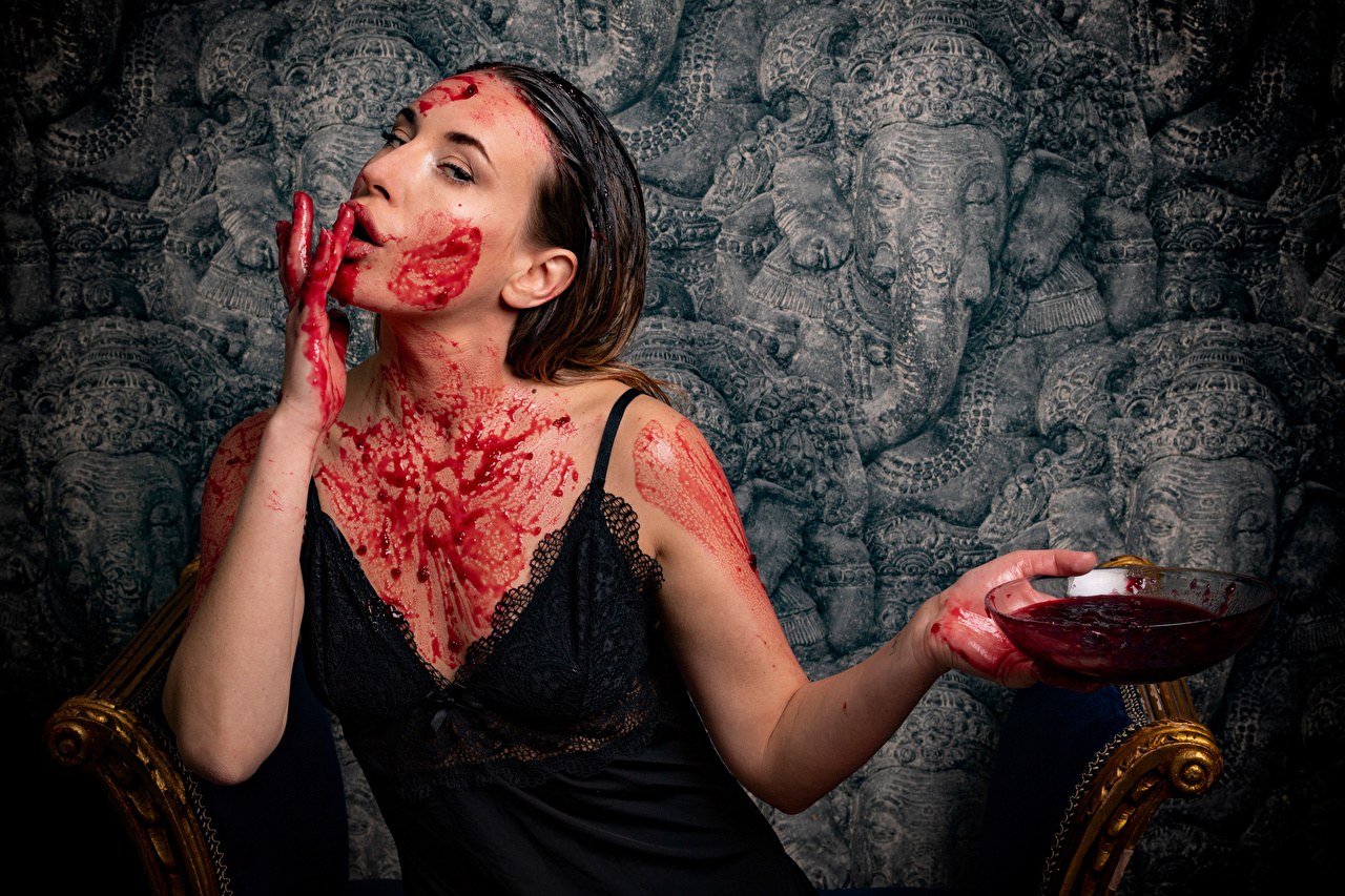 Bilder von Dascha Gesicht Konfitüre junge frau Schüssel Hand Starren Warenje Marmelade Mädchens junge Frauen Blick