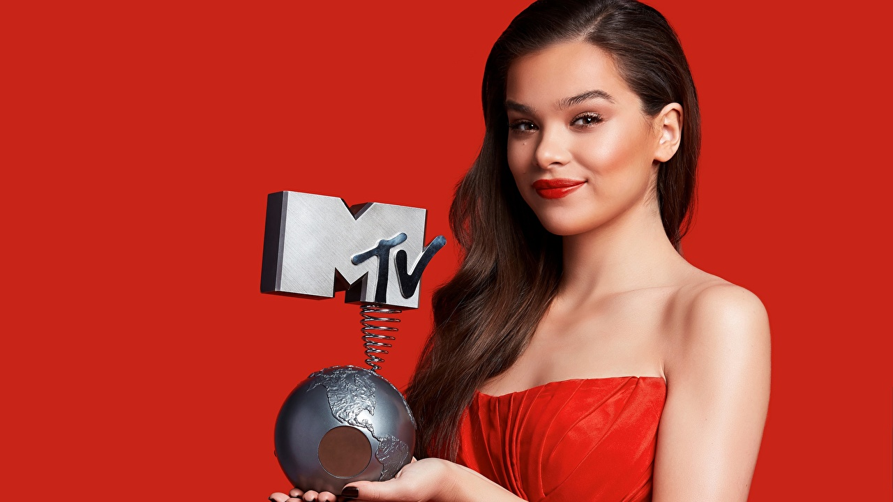 Desktop Wallpapers Hailee Steinfeld Brown haired Smile Makeup MTV Girls Staring Celebrities Red background gown Awards female young woman Glance frock Dress