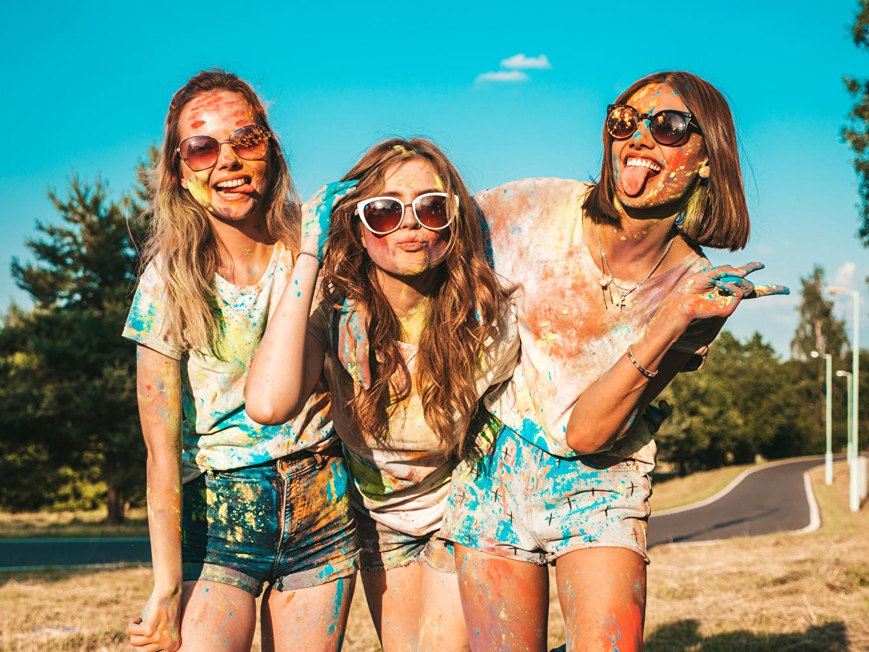 Fotos Lächeln Gestik Anstrichmittel Zunge junge Frauen Hand Drei 3 Brille Shorts Mädchens junge frau