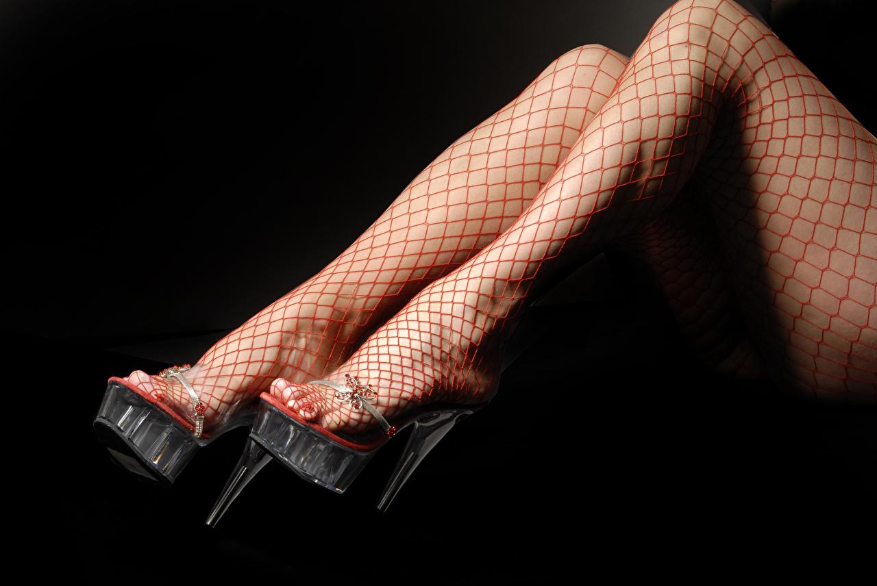 Bilder Strumpfhose Mädchens Bein Großansicht Schwarzer Hintergrund High Heels junge frau junge Frauen hautnah Nahaufnahme Stöckelschuh