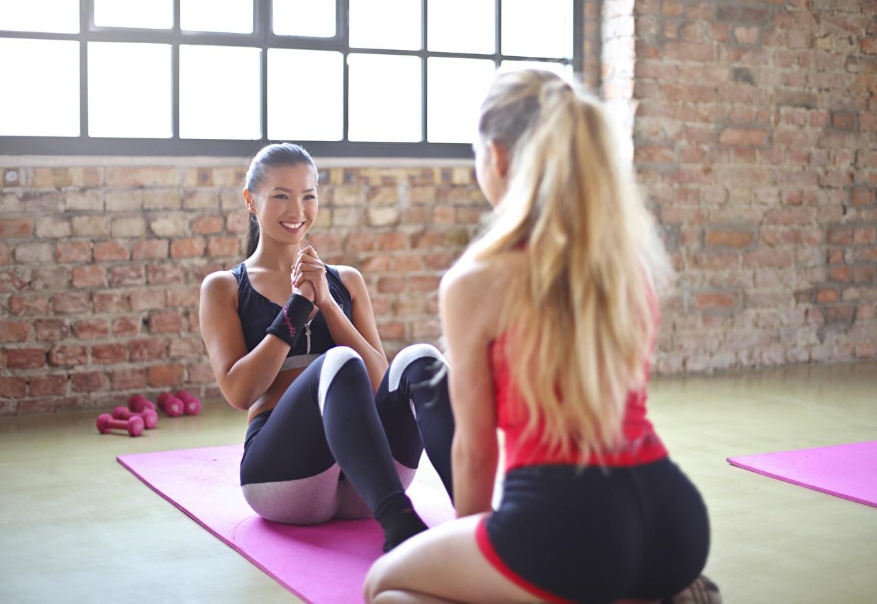 Fotos Blondine Körperliche Aktivität Lächeln Schön Fitness Zwei Sport Mädchens Asiaten Blond Mädchen Trainieren hübsch schöne hübsche schöner schönes hübscher 2 junge frau sportliches junge Frauen Asiatische asiatisches