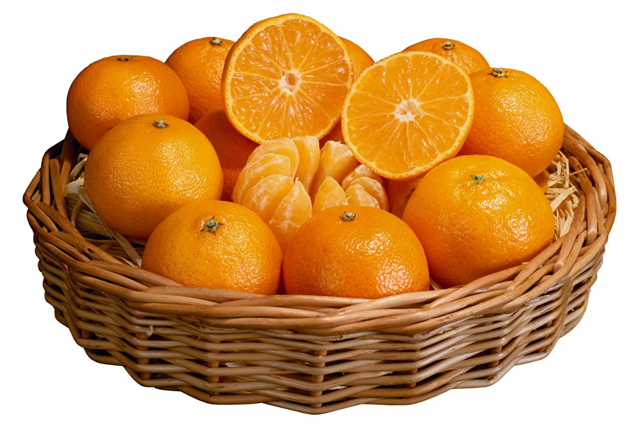 Fotos von Orange Frucht Weidenkorb das Essen Weißer hintergrund Apfelsine Lebensmittel
