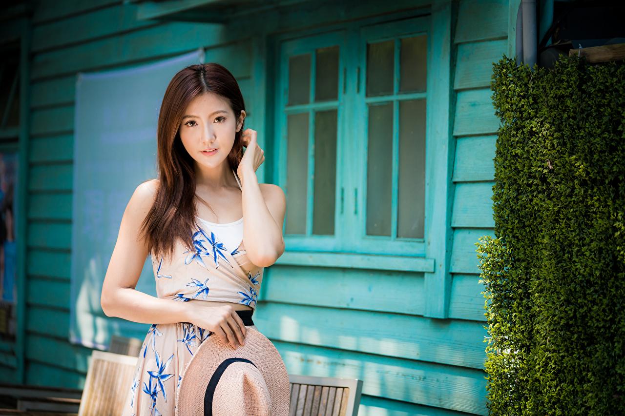 Desktop Hintergrundbilder Braune Haare süße Der Hut junge frau asiatisches Hand Starren Kleid Braunhaarige nett Süß süßer süßes niedlich Mädchens junge Frauen Asiaten Asiatische Blick