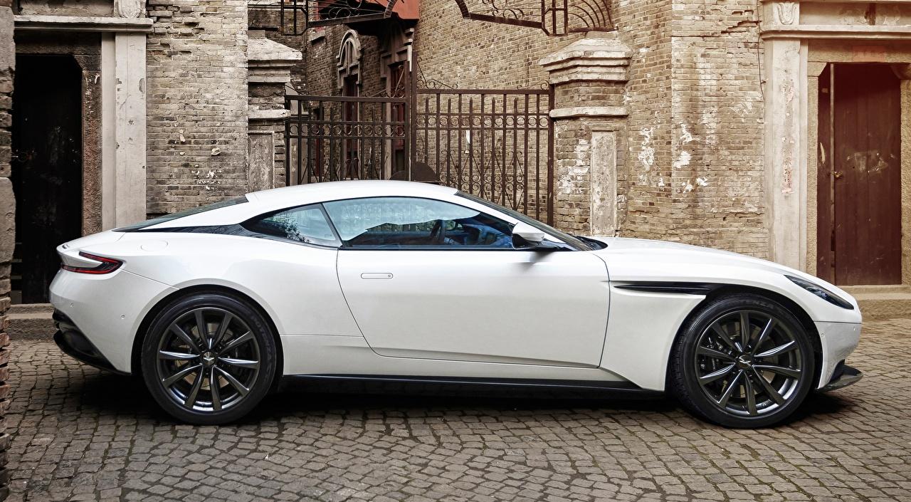 Fotos Aston Martin DB11, V8, 2017 Luxus Coupe Weiß Seitlich automobil Metallisch auto Autos