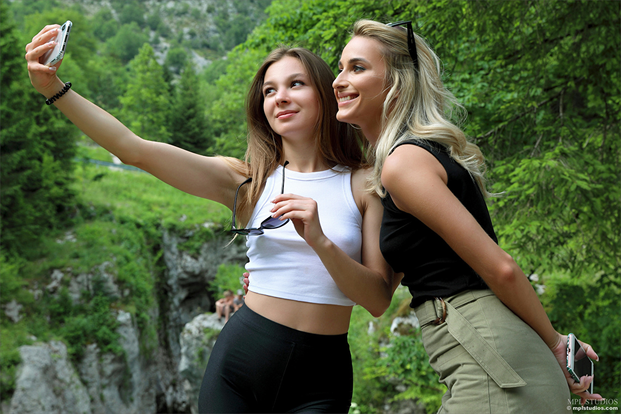 Immagine Cara Mell Ragazza bionda Selfie Sorriso Smartphone Stefani Due 2 ragazza Ragazze giovane donna giovani donne