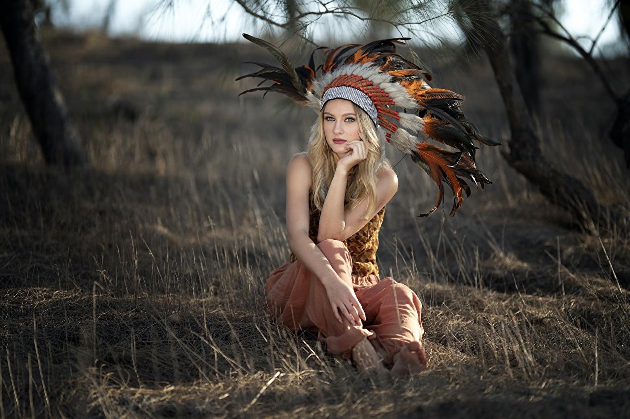 、羽毛、戦争ボンネット、Vicky、ブロンドの女の子、ボケ写真、座っ、凝視、アメリカ州の先住民族、若い女性、少女、