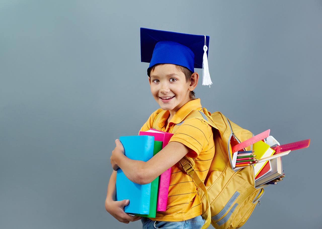 Foto Junge Schule Lächeln Kinder Der Hut Buch Grauer Hintergrund Bücher