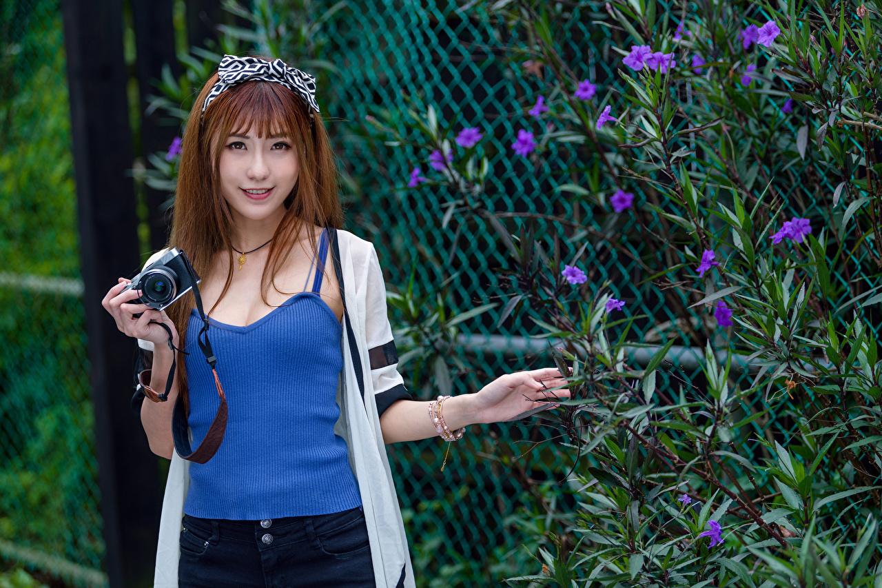 Desktop Hintergrundbilder Braunhaarige Fotoapparat Lächeln junge Frauen Asiaten Unterhemd Starren Braune Haare Mädchens junge frau Asiatische asiatisches Blick