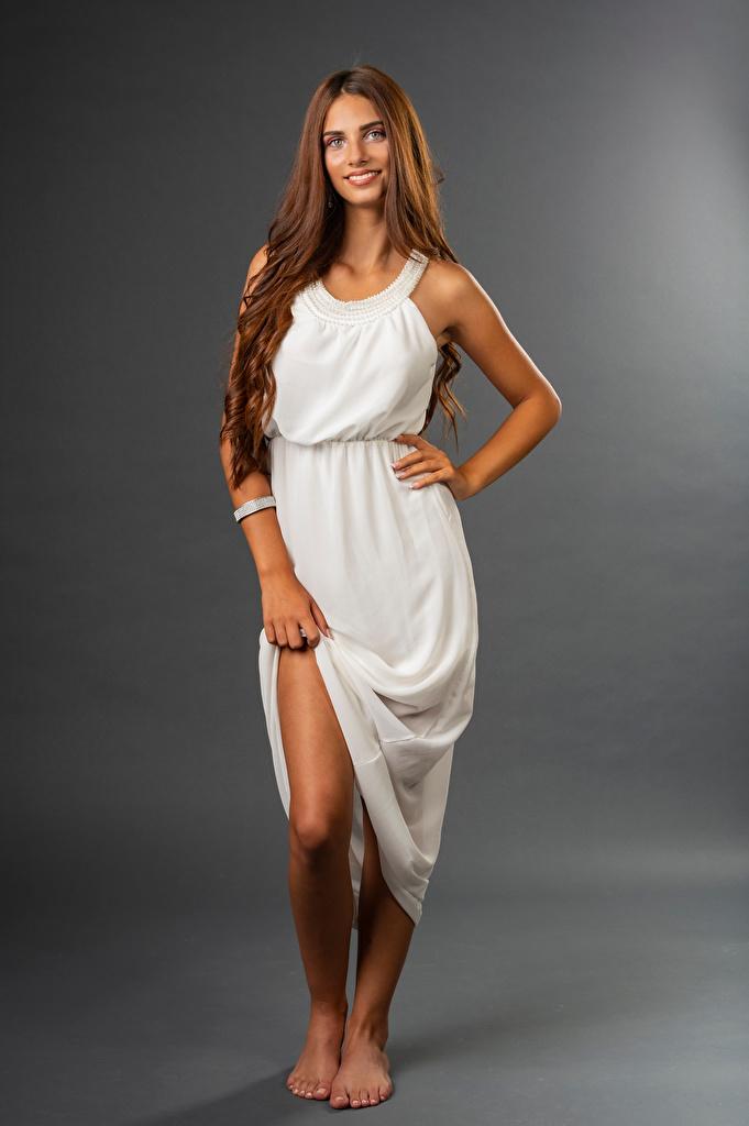 Bilder Lächeln Lea posiert junge Frauen Bein Starren Kleid  für Handy Pose Mädchens junge frau Blick