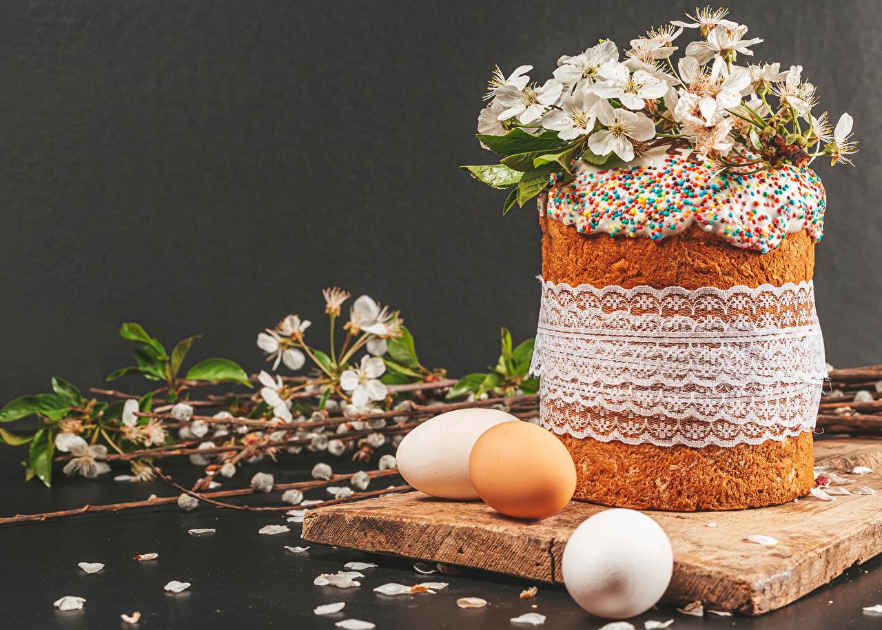Desktop Hintergrundbilder Ostern Ei Kulitsch kronblätter Ast das Essen Grauer Hintergrund eier Blütenblätter Lebensmittel