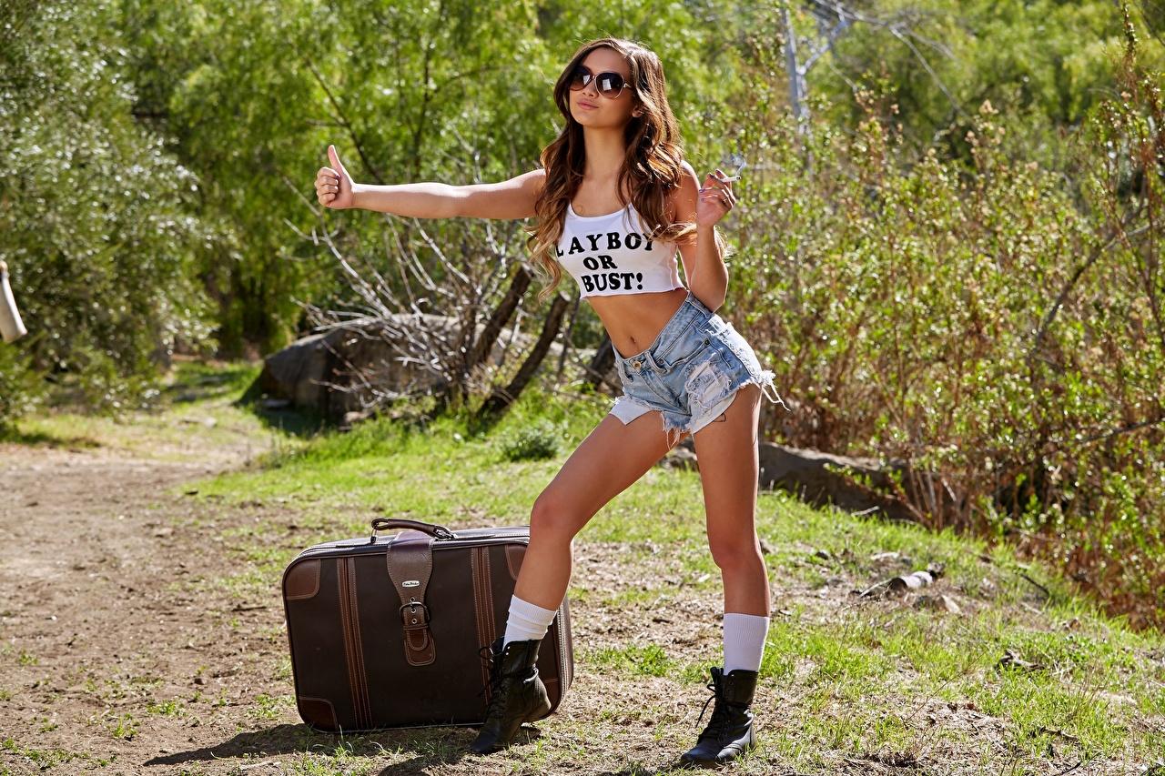 Gesto hitchhiking Mano Cabello castaño Gafas Pose Maleta Pantalón corto Pierna mujer joven, mujeres jóvenes, lentes, anteojos, pelo castaño, posando Chicas