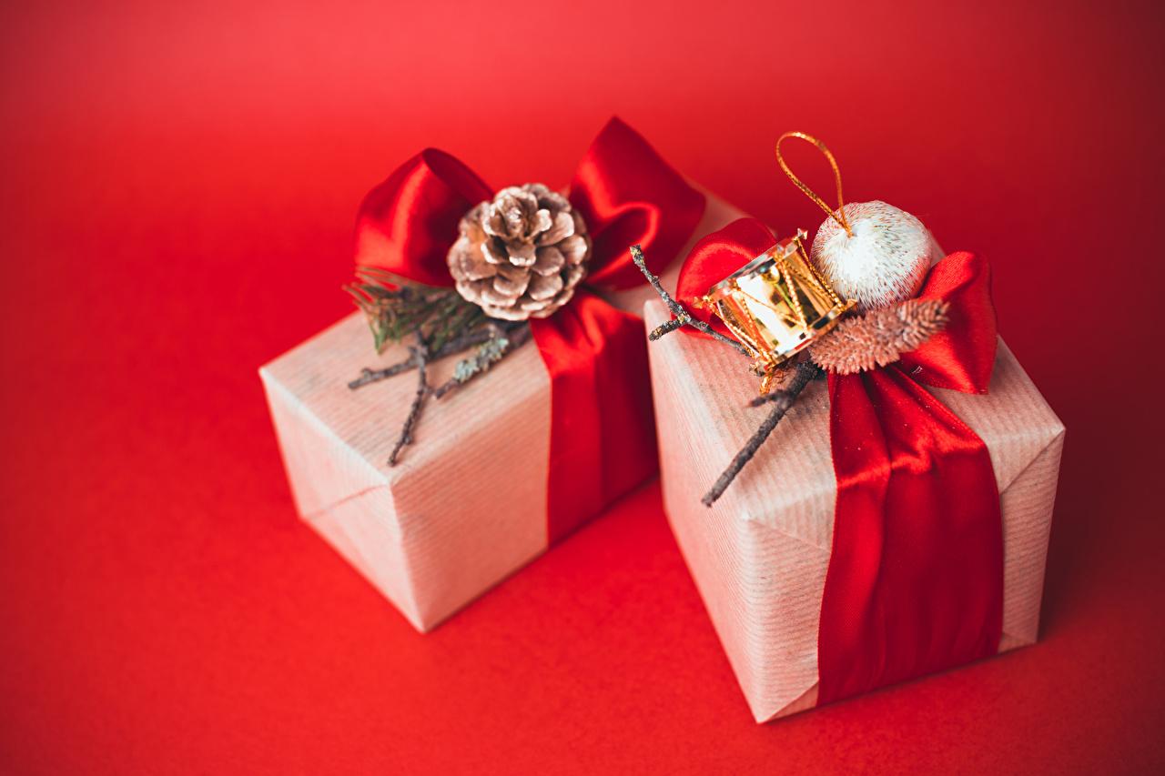 Hintergrundbilder Neujahr Geschenke Zapfen Kugeln Roter Hintergrund