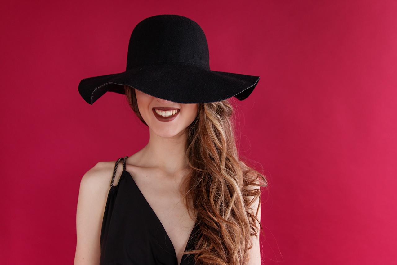 Bilder Braunhaarige Lächeln Der Hut Mädchens Farbigen hintergrund Braune Haare