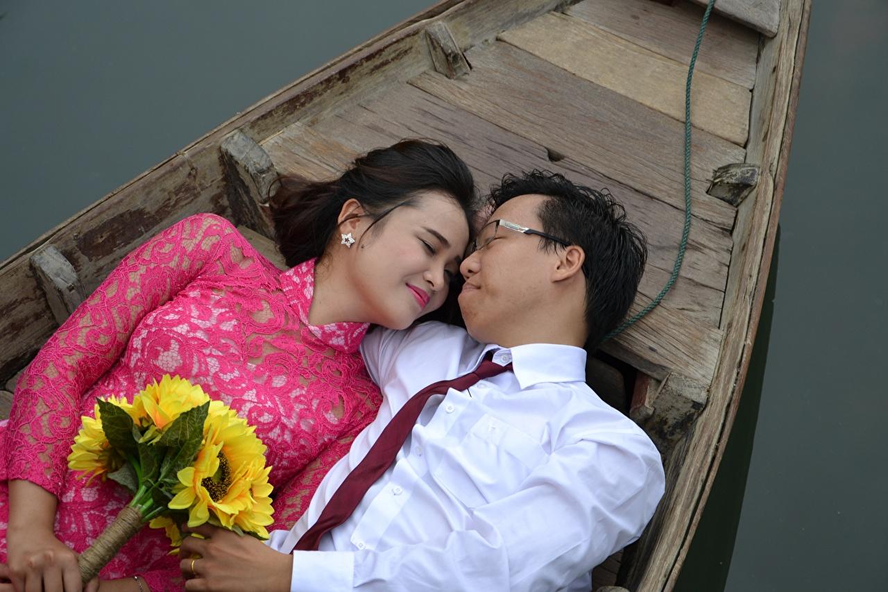 Bilder von Mann Paare in der Liebe Sträuße Zwei Krawatte junge Frauen Asiatische Boot Brille Blumensträuße 2 Mädchens junge frau Asiaten asiatisches