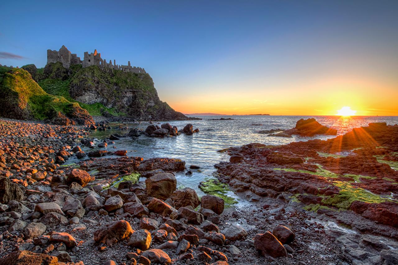 Fotos Vereinigtes Königreich Northern Ireland, Dunluce Castle Burg Sonne Natur Felsen Ruinen Morgendämmerung und Sonnenuntergang Steine Küste Sonnenaufgänge und Sonnenuntergänge Stein