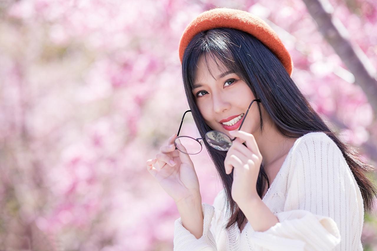 Tapeta na pulpit Brunetka Uśmiech rozmazane tło Beret młoda kobieta azjatycka Okulary wzrok Bokeh dziewczyna Dziewczyny młode kobiety Azjaci Spojrzenie