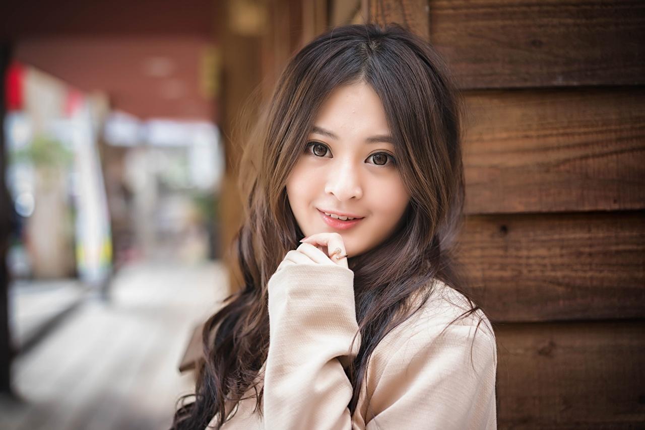 Fotos von Braune Haare Lächeln Bokeh junge frau Asiatische Hand Blick Braunhaarige unscharfer Hintergrund Mädchens junge Frauen Asiaten asiatisches Starren